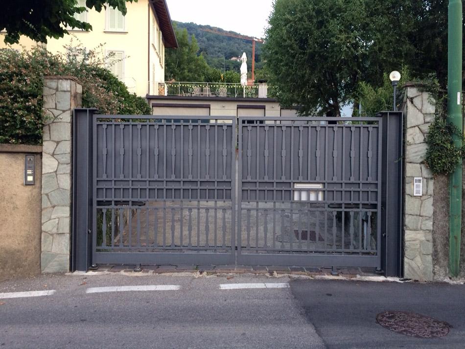 Cancello A Due Ante Battenti.Fasana Costantino Srl Esempi Di Cancelli In Acciaio